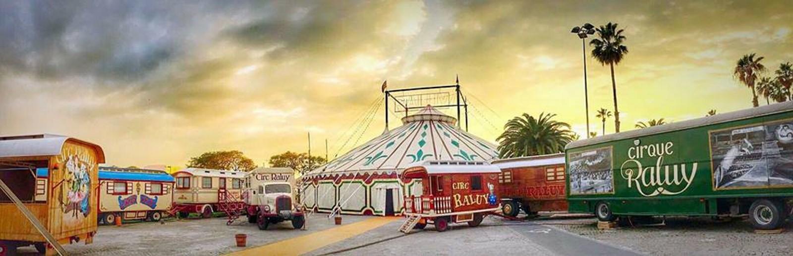 Carromatos y carpa del Circo Raluy
